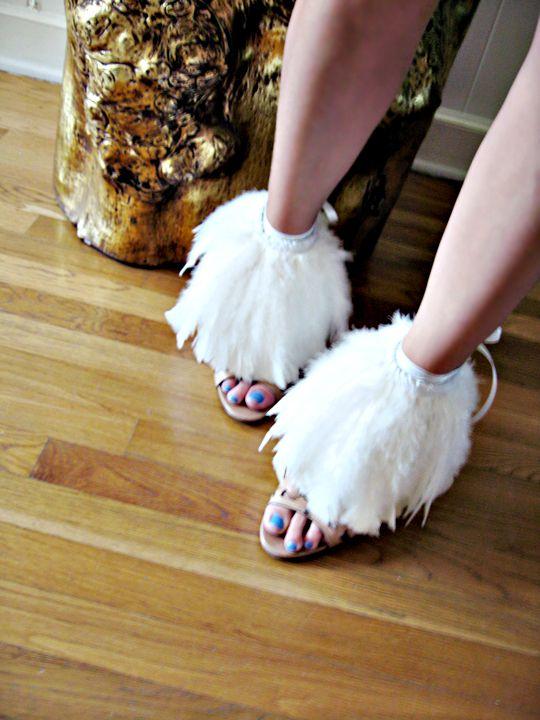 So precious!Adornment Tutorials Dresses, Diy Shoes, Adornment Diy, Diy Fashion, Glam Feathers, Diy Accessories, Diy Clothing, Feathers Adornment, Feathers Shoes