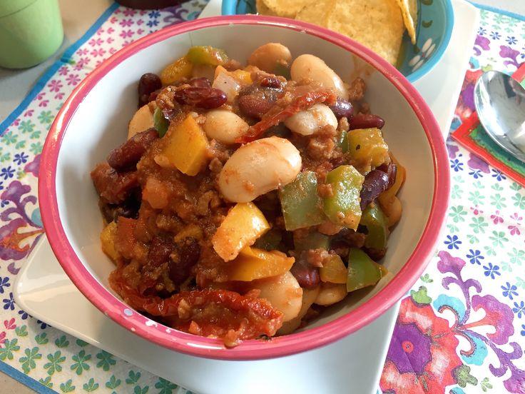 Nieuw recept: Zomerse bonen chili:  Mexicaanse chili is vooral een stevig wintergerecht met een hoop saus en veel bonen geserveerd met rijst en vlees. Deze zomerse variant is iets lichter en wordt gegeten met lekkere tortilla-chips. Op deze manier kun je lekker scheppen met de chips met een glaasje wijn.  http://wessalicious.com/zomerse-bonen-chili/