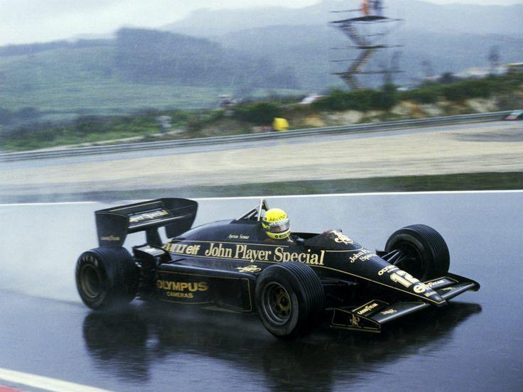 """1985-Ayrton-Senna-BRA-Lotus-97T-dominated-the GP de Portugal, 30 anos A clássica pergunta não pode faltar: """"Onde você estava em 21 de abril de 1985?"""" Bem… no meu caso, com 13 pra 14 anos, estava em casa domingo, era feriado de Tiradentes, chovia e tinha Fórmula 1. Quase que religiosamente, sentei-me à frente de minha televisão para assistir o GP de Portugal, segunda etapa do campeonato de 1985. Estávamos também vivendo, naquele dia, os estertores da vigília pela saúde do presidente…"""