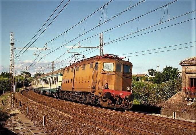 E.636.025 nei pressi di Carrubba (Catania) con un viaggiatori; 20.05.2005, foto Lillo Petruzzella.