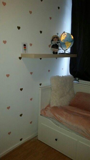 Super schattige meisjeskamer met de muurstickers van www. grasonderjevoeten.nl