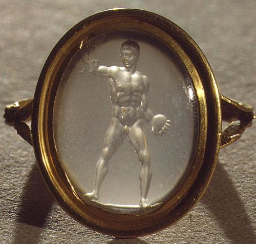 Roman Chalcedony Discus-Thrower Intaglio Ring, 1st Century...🌑More Pins Like This One At FOSTERGINGER @ PINTEREST 🌑No Pin Limits🌑でこのようなピンがいっぱいになる🌑ピンの限界🌑
