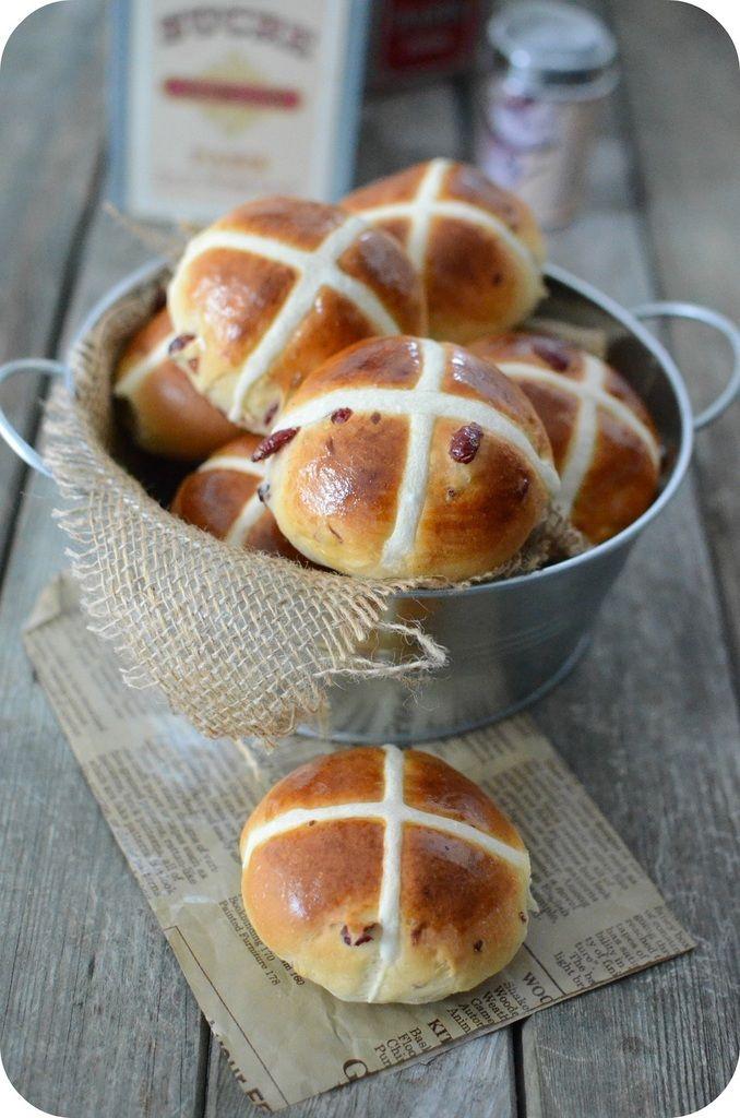 Même s'ils sont aujourd'hui vendus tout au long de l'année, les hot cross buns demeurent la pâtisserie anglaise traditionnelle du Vendredi Saint. Ces petits pains aux fruits confits épicés de cannelle, gingembre et parfois de muscade se mangent habituellement...
