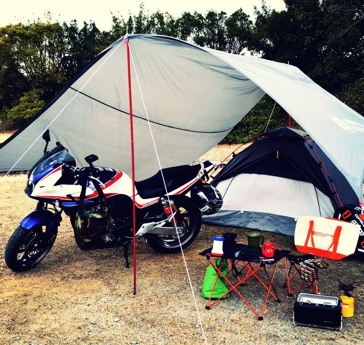 バイクに積んでツーリングキャンプにいこう。新構造で広い面積を確保したバイクツーリング用軽量タープ。  すべてのライダースのために作られたタープをより広く使用することができるタープです。グラスフォイバーポールを横に一本挿入する新構造を採用。 バイクツーリング時にタープの下にバイクを置いたり、ツーリング仲間とタープのもとで語り合うことができるサイズです。 バイクツーリング時のバイクへの積載を考慮し、ポールは5本継のアルマイトポールを採用。48cmのパッキングサイズで積載性を高めています。  #キャンプ #アウトドア #テント #タープ #チェア #テーブル #ランタン #寝袋 #グランピング #DIY #BBQ #DOD #ドッペルギャンガー #camp #outdoor #ソロキャンプ
