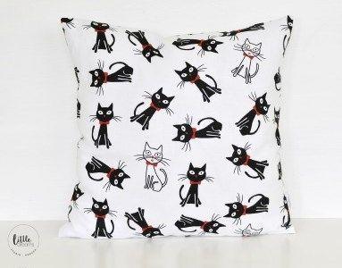Poszewka dekoracyjna wykonana z bawełny w przepiękne, czarne koty. Poszewka idealna do pokoju dziecięcego, ale nie tylko ;) Poszewkazapinana na zamek błyskawiczny. Oferta dotyczy samej poszewki, bez  ...