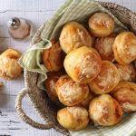Süssünk szuper finom, szaftos, puha pogácsát, hoztunk hozzá egy tuti receptet:  Kolbászkrémes pogácsa