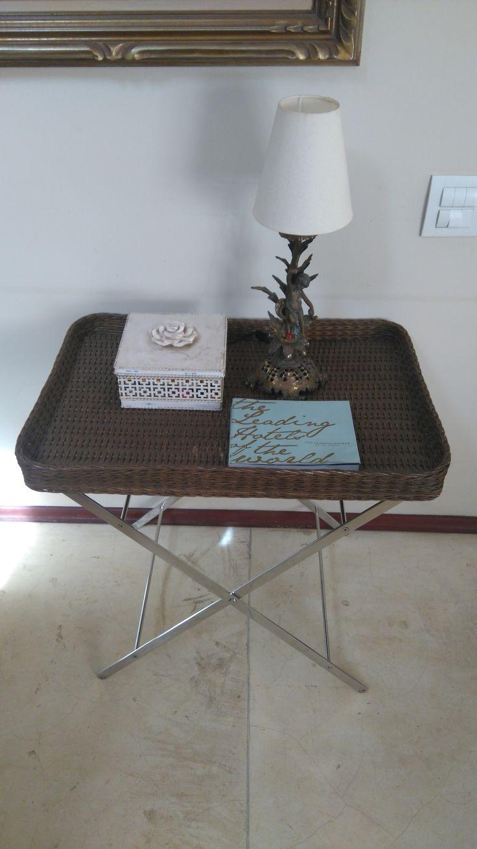 Mesa / Aparador Artefacto com pés em aço inox e cesto em fibra natural. R$ 500,00
