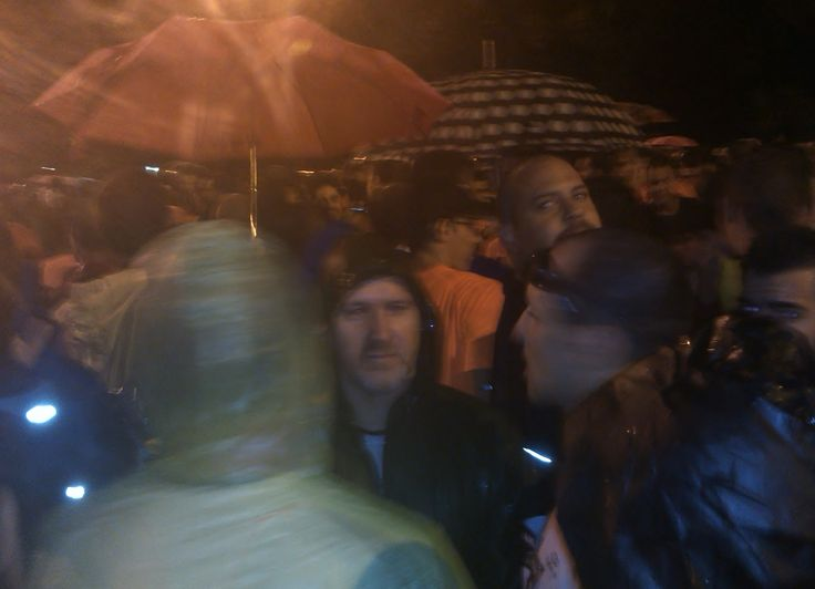 Paraguas, capuchas y lluvia en la carrera.