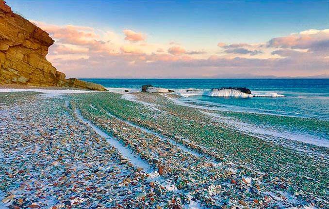 Η παραλία της Ρωσίας με τόνους πεταμένα μπουκάλια που μετατράπηκαν σε βότσαλα από γυαλί
