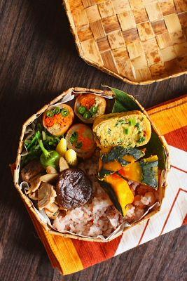 赤米入り白米 野菜の豚肉巻き鰹と新牛蒡、しし唐の煮物青葱入り出汁巻き卵南瓜の塩煮椎茸の醤油煮 一味風味水菜と赤からし水菜のお浸し茹でヤングコーン今日は、「野菜の豚肉巻き」が主役のお弁当。お弁当のおかずを代表する定番メニューなのに、そういえば