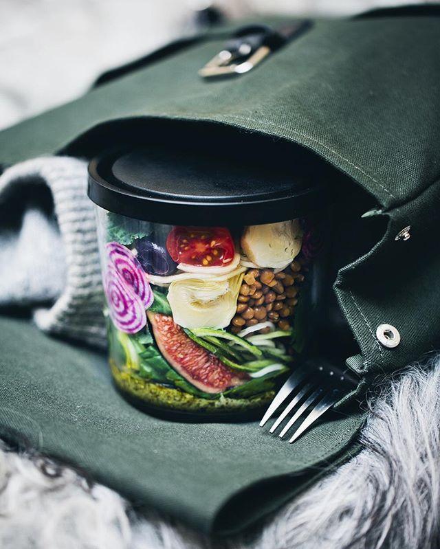 @gkstories and @luisegreenkitchenstories har tagit fram ett smarrig i farten recept: medelhavssallad to-go! 2 portioner  4 msk pesto 1 polkabeta, skalad (eller vanlig rödbeta) 1 zucchini 8 oliver, sköljda och kärnorna borttagna 2 små kon eller 8 vindruvor 8 körsbärstomater 4 marinerade kronärtskockshjärtan, sköljda och halverade  1 dl kokade linser (eller bönor), sköljda 2 nävar blandsallad 2 msk citronsaft ------------ Mediterranean Salad Jars Serves 2 4 tbsp quality pesto 1 Chioggia beet…
