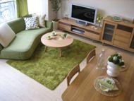 グリーンを上手く取り入れてラグ、カーテン、ソファを統一。 色数を抑えているので、シンプルで素敵です。