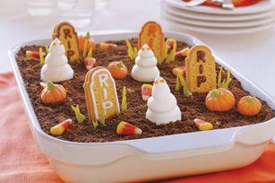 Décorer un gâteau d'Halloween avec des biscuits au gingembre, des bonbons, des fantômes en meringues pour créer un mini cimetière. Faites aller votre imagination pour un gâteau traditionnelle ou un pouding recouvert de miette de graham!