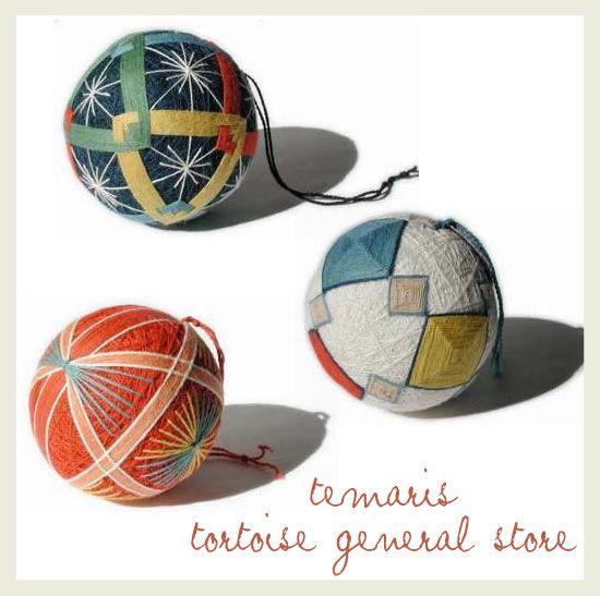 Les temari sont des jouets, des petites balles brodées de motifs géométriques et symétriques. Ces broderies sont aussi devenues un art japonais millénaire.