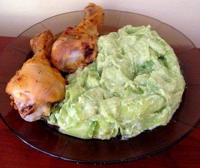 Avokádókrémes uborkasaláta és sült csirkecombok (paleo)