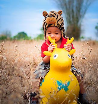 foto balita noval saat bermain di kebun dengan mainan kesayangan.