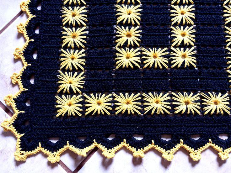 Lindo Tapete de crochê confeccionado em barbante nº 06 na cor preto, bordado na cor amarelo. Pode ser feito em diferentes cores e tamanhos.