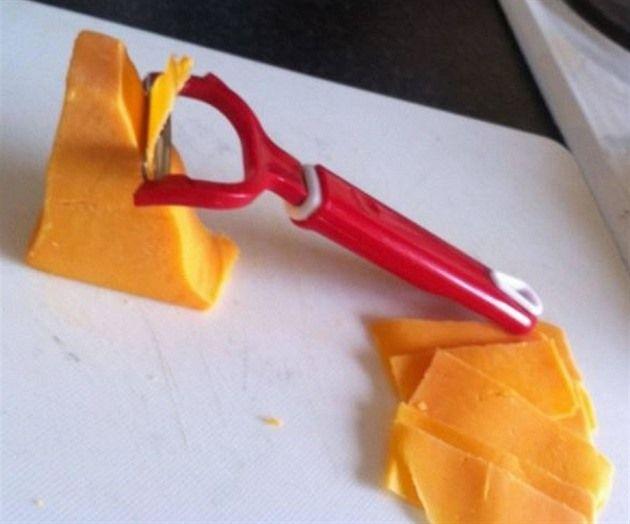 Až budete příště potřebovat nakrájet tenké plátky tvrdého sýra, vezměte si rovnou škrabku na brambory a ušetřete si práci.