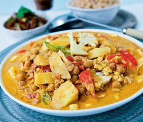 Det här är ett recept som influerats av typiskt indiska smaker. Denna vegetariska gryta med blomkål, rymmer en hel palett av smaker och dofter. Het chili, söt palsternacka, smakrik ingefära, syrlig yoghurt och kryddig garam masala gör det här till en mustig och värmande god gryta med viss hetta. Den serveras med fördel med tillbehör som mango chutney och basmatiris, precis som i Indien. På tallriken serveras inte bara en väldigt god middag utan också en färgsprakande och vacker sådan!