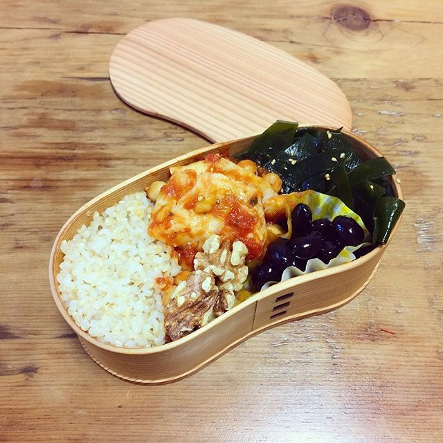 いつかのお弁当。♡ ✩カレイのトマト煮 ✩わかめのナムル ✩黒豆 ✩くるみ ✩玄米  黒い食べ物はミネラルが豊富でとっても美味しい*·.ヾ(´︶` )ノ.·* お弁当に入れると、少し暗くなってしまうから、他の食材をカラフルにするように心がけよう💓💓 #曲げわっぱ #曲げわっぱ弁当 #手作り #ランチ #鰈 #玄米 #オーガニック #ヘルシー #ミネラル #健康 #ひとりぐらし #instagood #instafood #happy #smile #yokoyummy #yummy #cook #cooking #healthy #diet #料理好きな人と繋がりたい #料理女子 #食べるの好きな人と繋がりたい #love