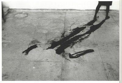 saisdeprata-e-pixels: Francesca Woodman na Tate Modern Helena Almeida, 1996 com Woodman, na sua performance, a pintura de todo o seu corpo tem como objecto marcar o chão onde se deita, para aí deixar o seu registo, o negativo como numa rayografia, como lhe chamou Man Ray, e como vimos nos fotogramas do vídeo. Finalmente a fotografia como suporte dos seus trabalhos.
