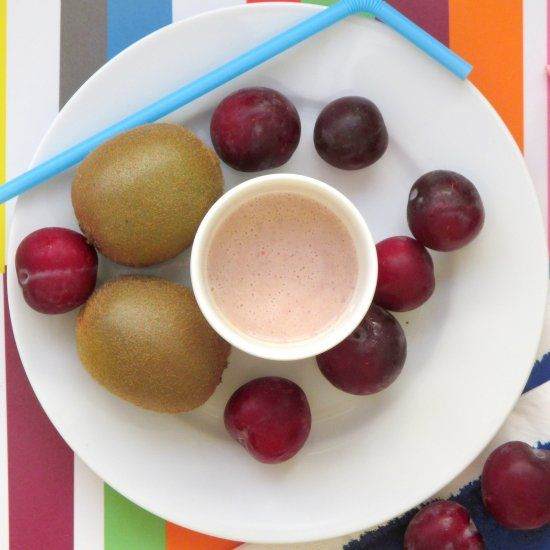 This plum and kiwi smoothie is both tasty and healthy! (In Spanish)
