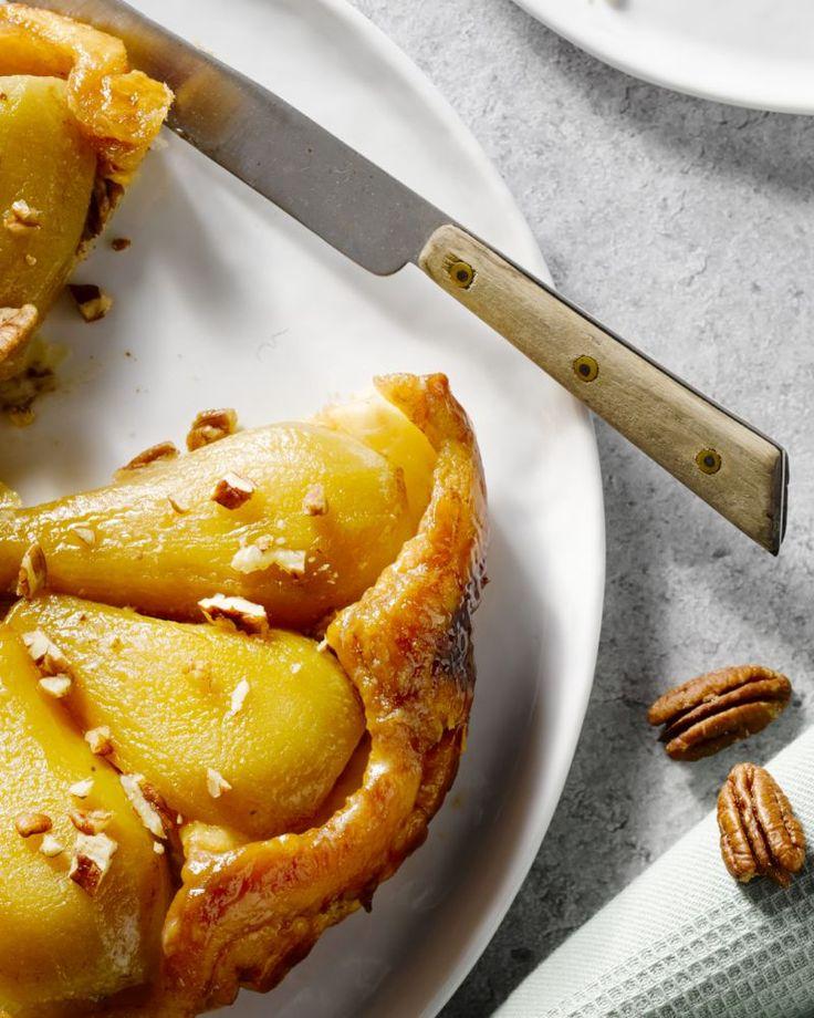 Een Franse klassieke taart, met een  originele twist: tarte tatin met peer en pecannoten. Laat het vanille-ijs er mooi over smelten, za-lig!