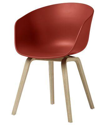 Scopri Poltrona About a chair AAC22 -/ Plastica & gambe legno, Rosso / Gambe legno naturale di Hay disponibile su Made In Design Italia il miglior sito online di design.