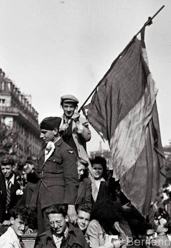 Victory day Paris 1945, photo by Béla Bernand