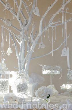 Chic λευκό τραπέζι ευχών - με υπέροχο διακοσμητικό δέντρο Sophys Fairytale | Οργάνωση & Διακόσμηση Γάμου