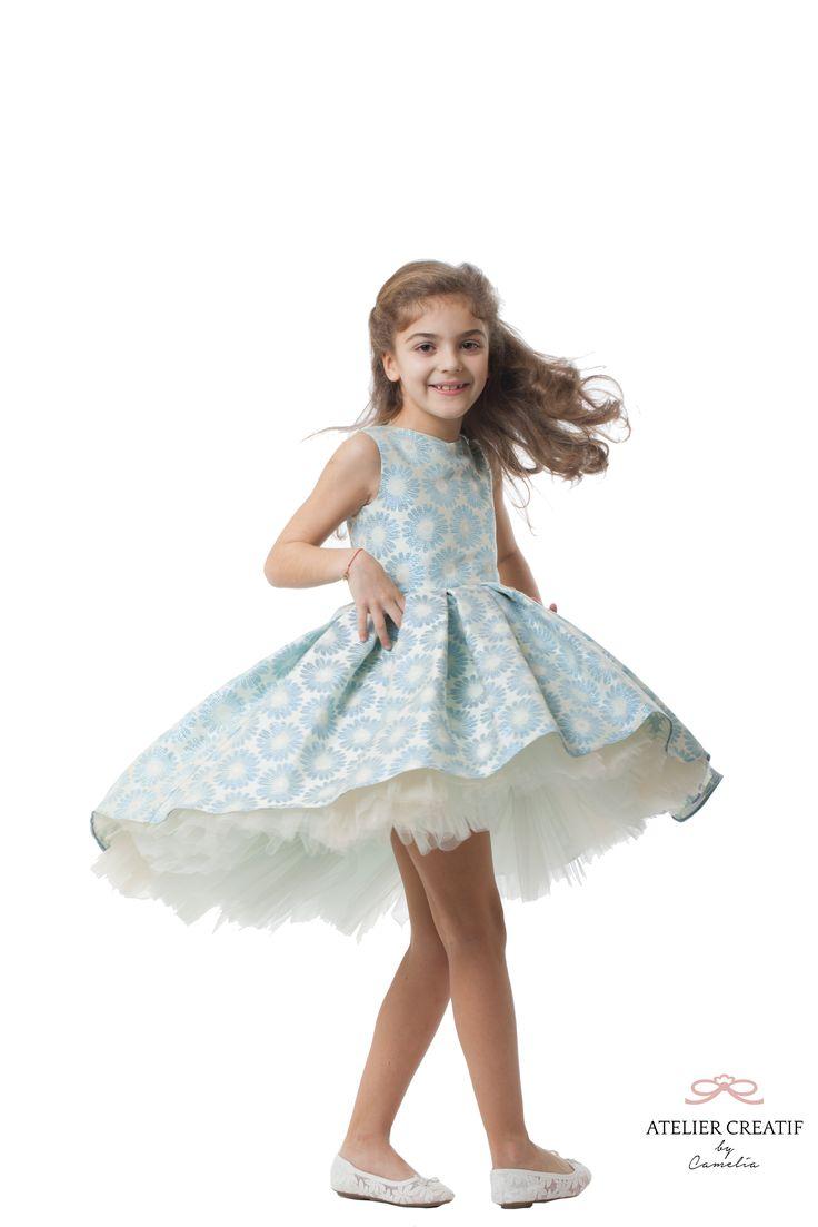 """Modelul """"Midnight Ball"""" apartine colectiei Couture, primavara-vara 2016 si este realizat din materiale vaporoase in culori pastelate, brocart, tull si captuseala din matase vegetala .  Este o rochie foarte eleganta, de gala sau pentru orice eveniment important. Poate fi un cadou minunat pentru garderoba unei printese.  Midnight Ball este asemenea unei picturi, arata fabulos de la distanta si te lasa fara suflare cand o privesti de aproape."""