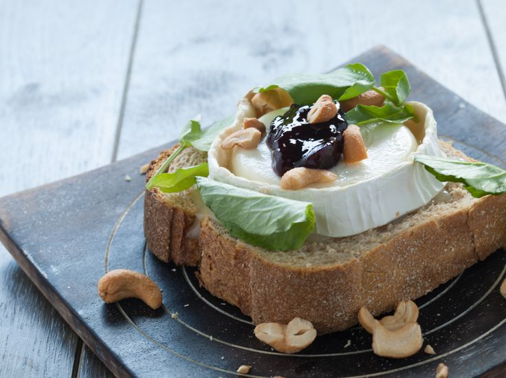 Brood met gegratineerde geitenkaas, kersenjam, cashews en waterkers! Zie brood.net/recepten