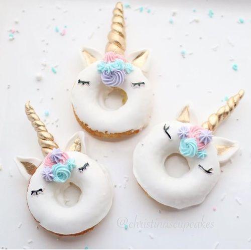 hoe leuk zijn deze eenhoorns gemaakt van witte donuts