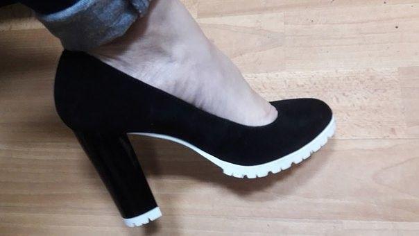 Обувь Черные замшевые туфли на толстом каблуке и белой подошве