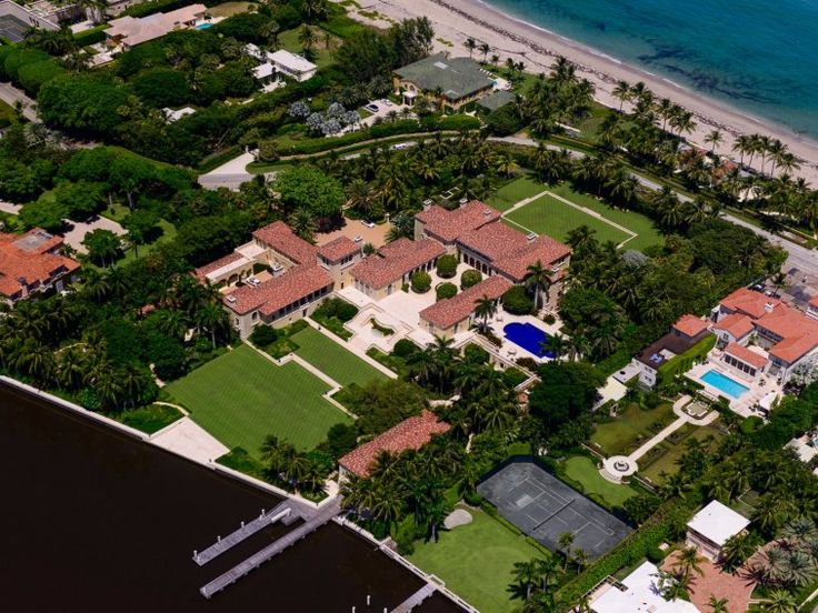 6. Il Palmetto is a 10-bedroom Palm Beach mansion with more than 68,000 square feet of space. It's owned by Jim Clark, the billionaire cofounder of Netscape.