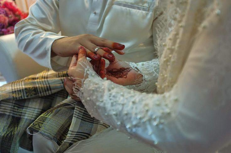 Realiti Perkahwinan Yang Ramai Bakal Pengantin Tidak Tahu   Tiada siapa yang akan berkata bahawa perkahwinan adalah mudah. Apa sahaja yang anda lihat di media sosial yang dikongsi oleh keluarga dan rakan-rakan anda tentang perkahwinan mereka yang indah gaun cantik majlis pernikahan mewah cincin berkarat-karat dan suami / isteri yang romantik.  Ini semua adalah pembohongan mereka. Orang akan menunjukkan apa yang mereka mahu orang lain melihat. Tiada siapa yang akan menunjukkan kepada anda…