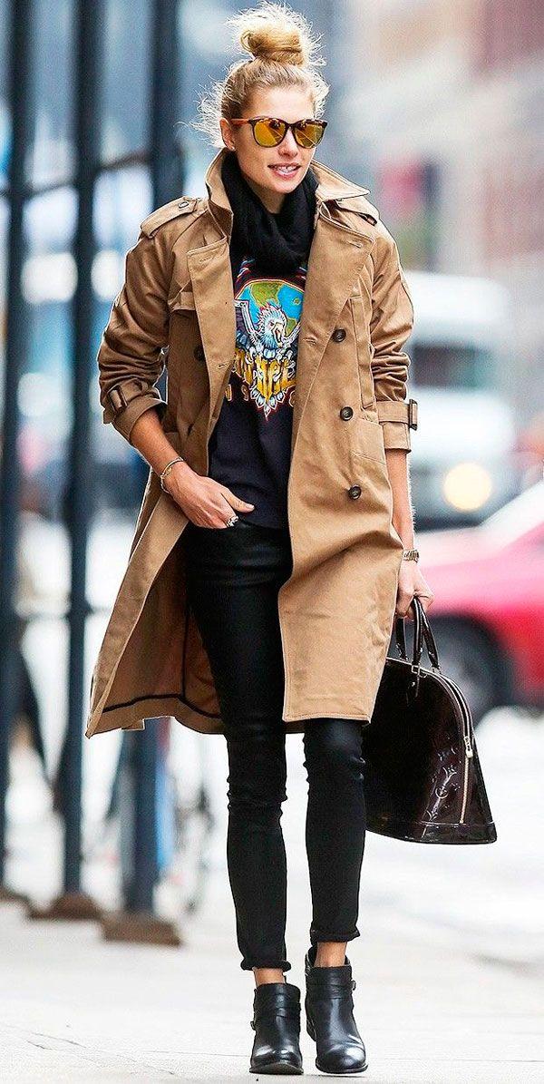 Jessica Hart usa t-shirt divertida com calça skinny, botas e trench coat