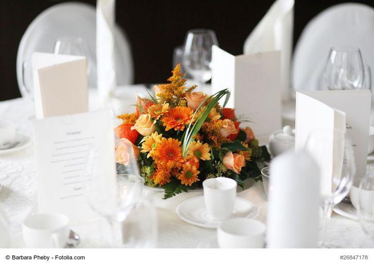 A scoop ball served as the basis for the round table flower arrangement. Stec …  – Floristik – Blumengestecke Tisch + Hochzeit selber machen