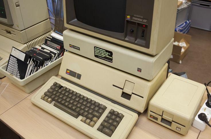 VINTAGE COMPUTER FESTIVAL Opa, was ist eine Diskette?  Ein Apple 3 von 1980 – der erste Apple-Rechner mit Apfeltaste. Für unsere jüngeren Leser: Das da links sind sogenannte Disketten, darauf wurden früher Daten, Spiele und Programme gespeichert. Bis zu 1,2 Megabyte passten auf eine 5,25-Zoll-Diskette.