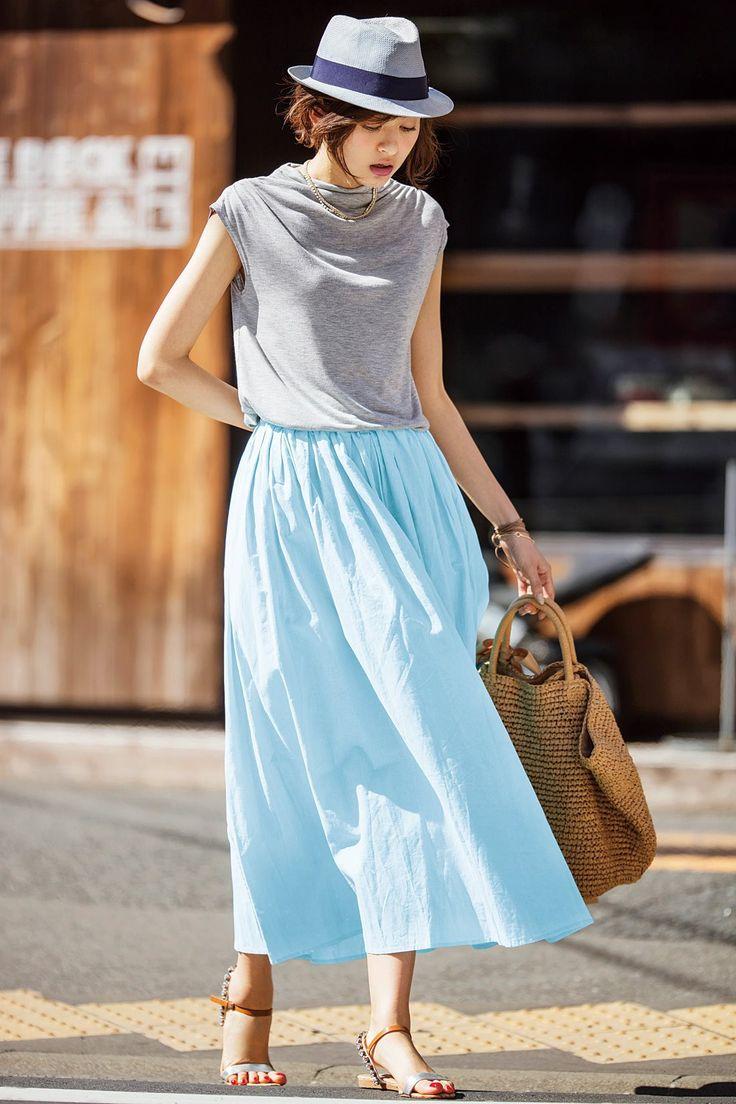 トップスは小さく、スカートはふんわりと、ベストバランスが着やせ効果を生むコーディネイト。美しい色のトーンをくずさないようにグレイのハット、シルバーのサンダルなど小物も同系色で統一。かごバッグでさらに夏気分を盛り上げて。 ※着用イメージです。お届けするカラーとは異なります。