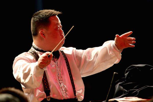 De jongen met het syndroom van Down, die een briljante dirigent geworden