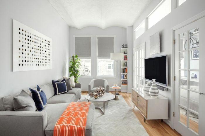 Ein Graues Sofa, Blaue Kissen, Orange Decke Fernsehwand, Kleines Zimmer  Einrichten