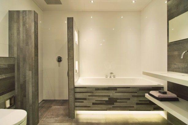 De eerste kamer in deze badkamer is de onderplint van het bad indirect verlicht op de - Lay outs badkamer ...