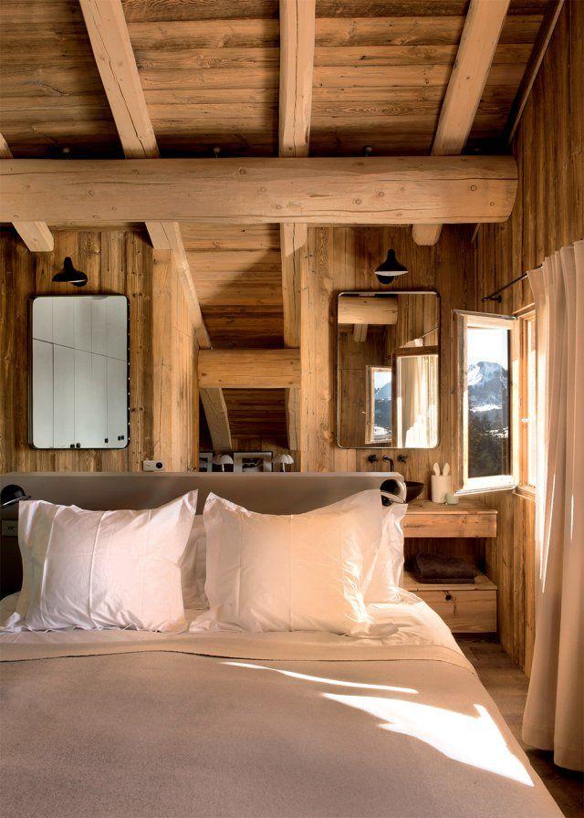Une chambre en bois mansarde  chalet  Chalet interior Transitional home decor et Chalet style