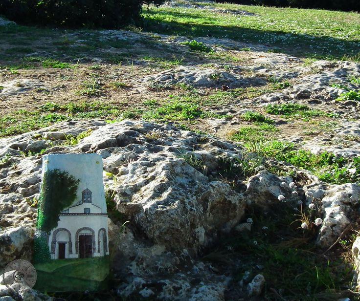 Tegola Sarda Antica dipinta a mano. Chiesa di San Giorgio Martire, Sini. Sardegna.  TerraIncantada, creazioni made in Sardinia.