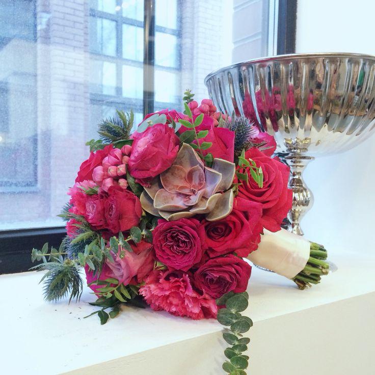 Круглый букет - свадебная классика. Цвет яркая фуксия - для невесты с характером))