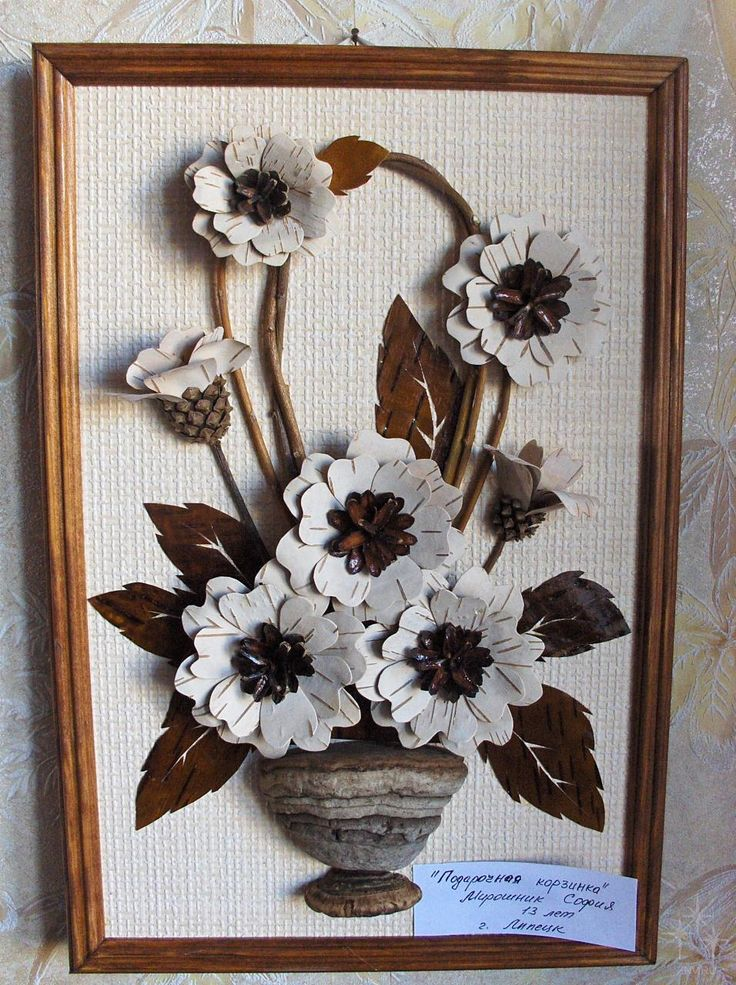 Flores y otras artesanías de piñas