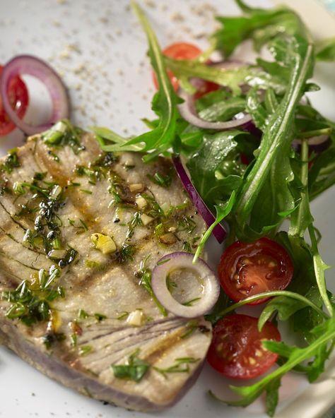 Deze gegrilde tonijnsteak is heerlijk gemarineerd in een frisse kruidenmarinade. Lekker en makkelijk in combinatie met de salade van rucola en kerstomaten.