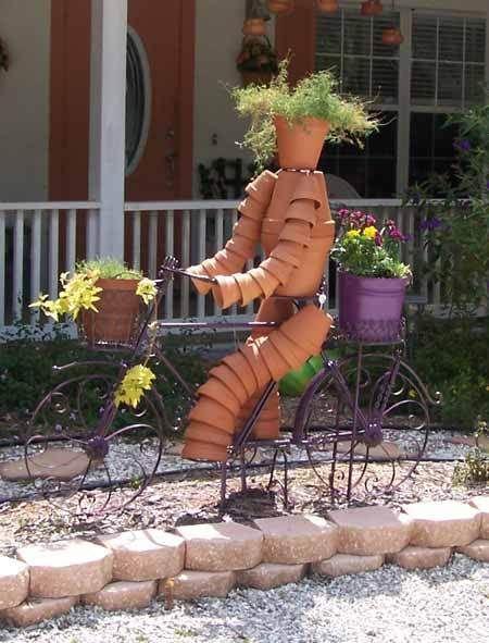Decora el jardín con figuras hechas con macetas de cerámica , son muy divertidas .