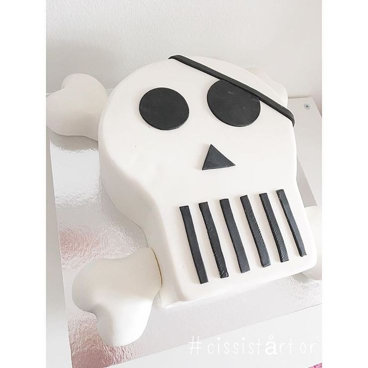 En av helgens tårtor! 💀 #cissistårtor #cakestagram #skullcake #döskalletårta #instacake #cakeporn #piratkalas #kalasinspo #tårta #tårtinspo